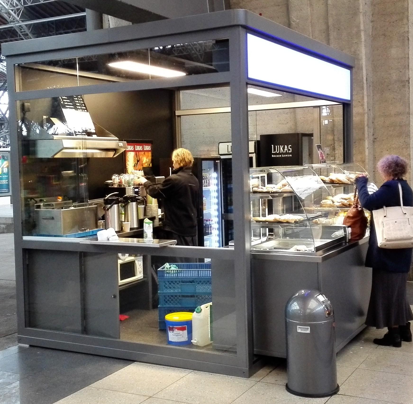 Kiosk indoor Fruits smoothies Bäcker Brötchen