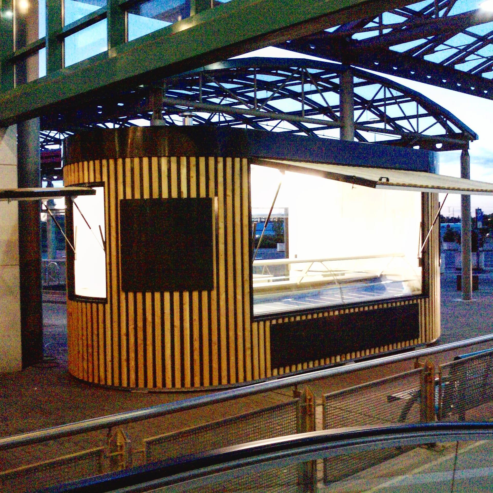 Kiosk Pavillon Imbiss Verkaufsstand Bäcker Brötchen Bahnsteig Bahnhof Holz